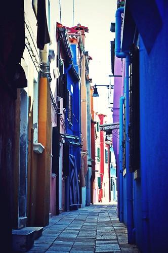 Burano là một hòn đảo nhỏ xíu, nổi tiếng vì màu sắc rực rỡ của những ngôi nhà. Nhìn tất cả giống như một bàn đồ chơi lớn. Nếu mà ở đây, bạn sơn nhà màu gì?