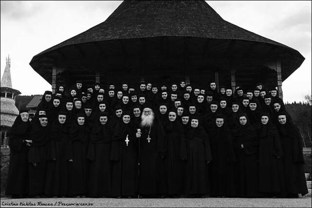 Părintele Justin Pârvu şi maicile de la Mănăstirea Paltin