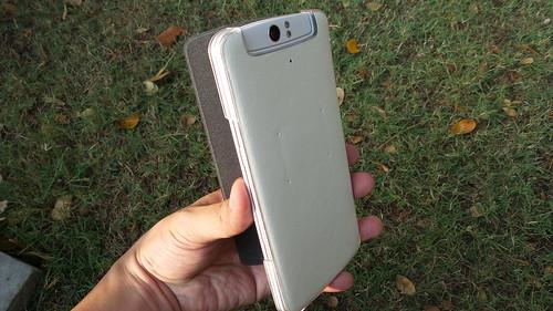 เคสแบบปิดเต็ม แต่ตรงส่วนที่เป็น O-Touch จะมีการบุวัสดุให้เหมือนกับนิ้วสัมผัส เพื่อให้ใช้งานได้