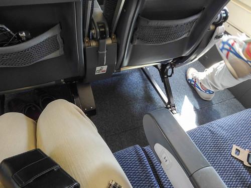 非常口座席でも、広いのは窓際の1席だけ