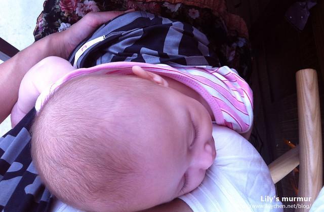 某日偷閒帶小妮出門喝下午茶(雖然只喝了30分鐘...),小妮就這樣睡在我胸前,那是一種踏實的幸福。