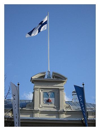 Valokuva Suomen lipusta Jyväskylän kunnallistalon katolla.