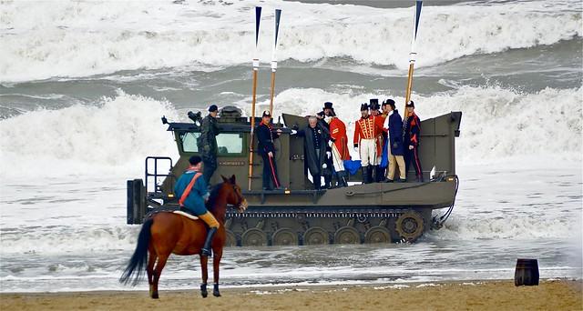 De prins wordt aan land gebracht. Foto door Roel Wijnants, op Flickr.