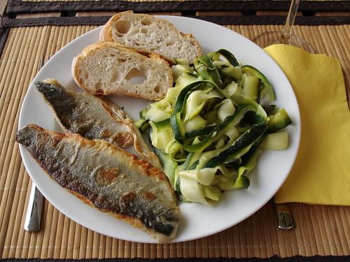 Spigola e Zucchine = Gebratenes Wolfsbarschfilet und Zucchini-Gemüse