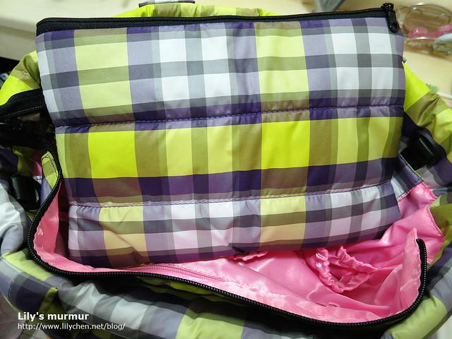這是附的小內包,有雙層,我拿來裝尿布跟小玩具。