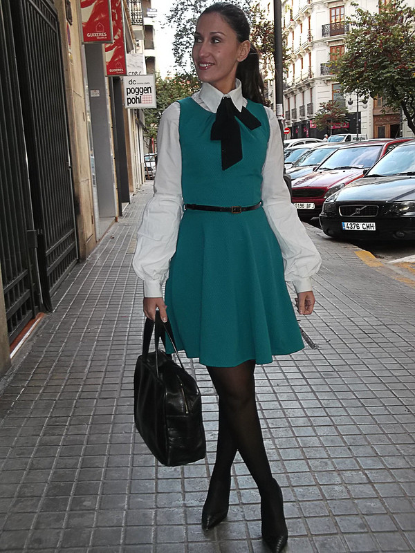 día de trabajo, preppy, vestido, verde esmeralda, pichi, camisa blanca, lazada negra, mangas abullonadas, Medias negras, zapatos negros, bolso, cinturón fino negro, abrigo con volantes, working day, emerald green dress, jumper dress, white shirt, black bow, big sleeves, Black stockings, black shoes, bag, thin black belt, coat with ruffles, Suiteblanco, Primark, Calzedonia, Massimo Dutti, Bimba & Lola, Naf Naf