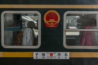 We reden in een Chinees treintoestel naar Pyongyang, en hoewel we overdag reisden hadden we de beschikking over stapelbedden.