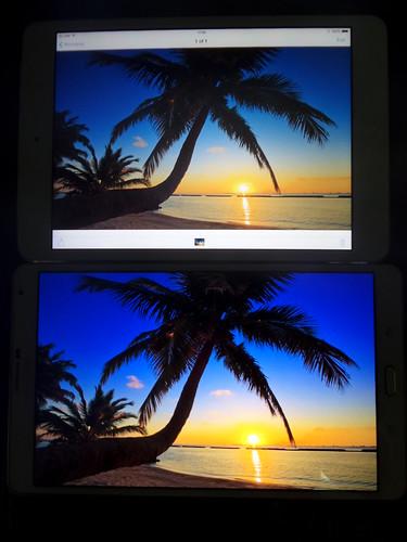 (บน) iPad Mini with Retina Display (ล่าง) Samsung Galaxy Tab S 8.4
