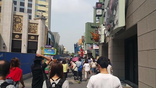 บริเวณทางไป Universal Studios Japan จะมีร้านค้าเยอะแยะอยู่