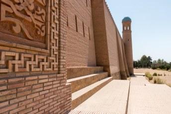 ...alleen de onderste rijen (donkere) bakstenen in dat achterste stuk bij de toren zijn origineel.
