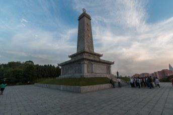 Het monument ter ere van de Chinese vrijwilligers in de Koreaanse oorlog, onze toergenoten bogen weer als knipmessen.