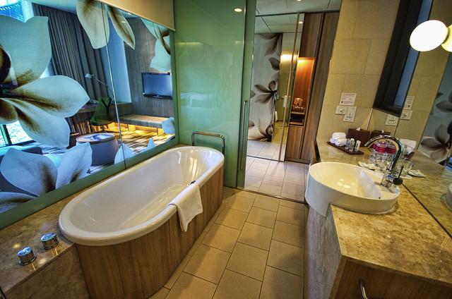 bathroom of crowne plaza changi airport