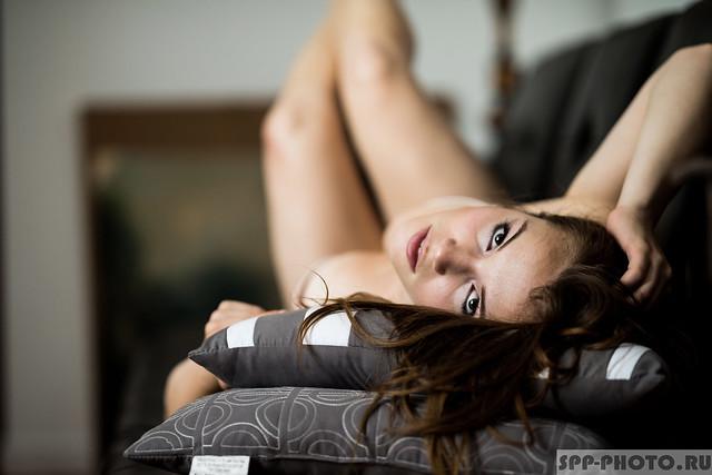 Девушка в нижнем белье на диване