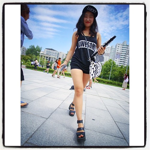 Cool shot of the impromptu Ewha model of the day!