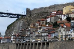 vue sur les quais et les remparts de Porto