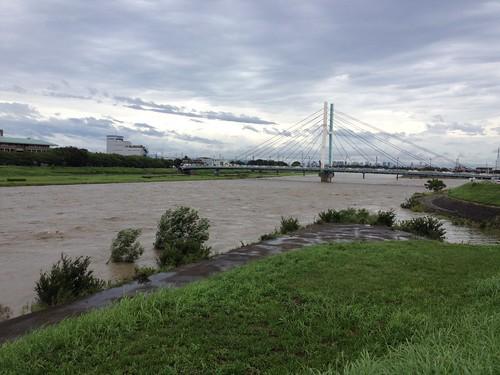 台風11号接近中の猪名川