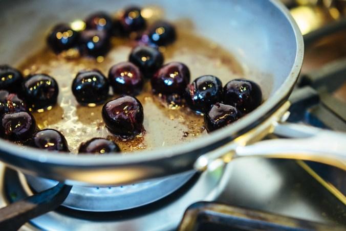 Clafoutis met kersen in de pan: eerst de kersen bakken