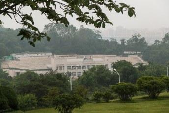 Vlakbij staat een stadion, en zoals overal prijken ook hier de lelijke tronies van Kim Il-Sung en Kim Jong-Il op de gevel.