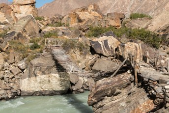 Je moet maar durven om zo'n bruggetje te gebruiken over het kolkende water.