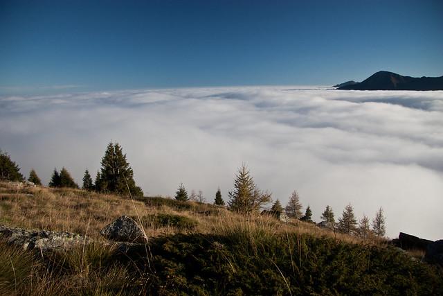 Una valle piena di nebbia