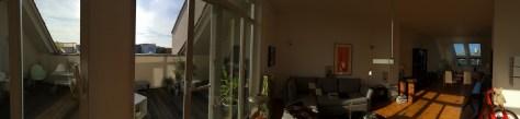 Schwenk über Balkon mit gemütlicher Raucherecke, Wohnzimmer und Esszimmer