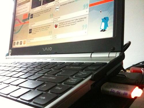 Notebook VAIO dan flashdisk SanDisk yang saya gunakan