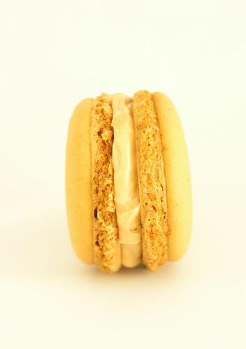 Creamy caramel macaron