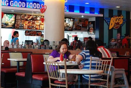 Bigg's Diner Pili: Counter, Tables, Chairs and Customers