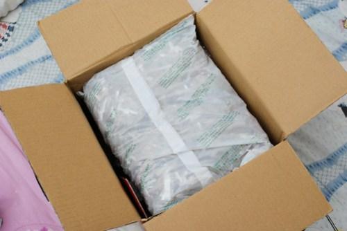最上層是一包碎報紙,包裝是日文,應該是從國外進口時就有的東西吧