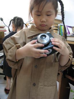 當孩子拿起相機,在孩子面前的你