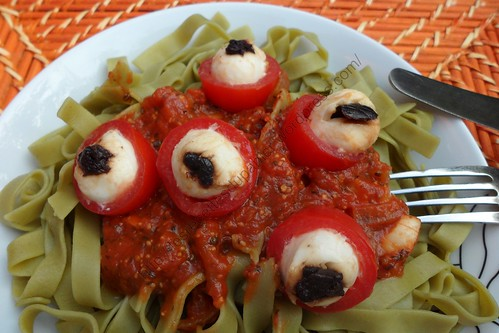 Pâtes aux yeux d'Halloween / Halloween eyeball pasta