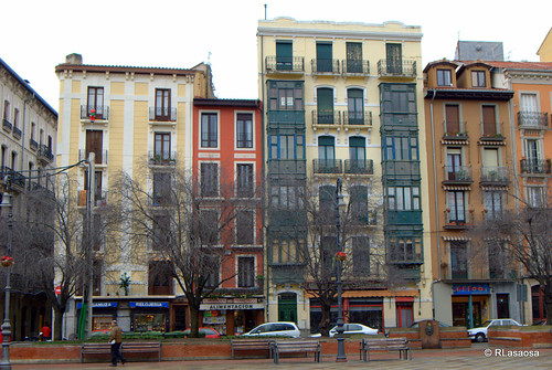 Casas en la calle Florencio Ansoleaga, con fachada a la Plaza de San Francisco