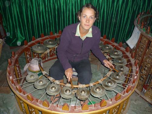 Sarah uebt sich im traditionellen Xylophon
