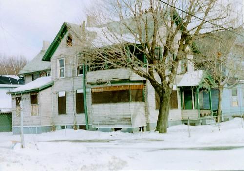 Eastlake on a corner lot, near a neighborhood gateway