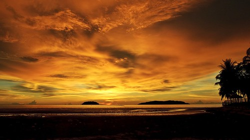 golden sunset at tanjung aru beach