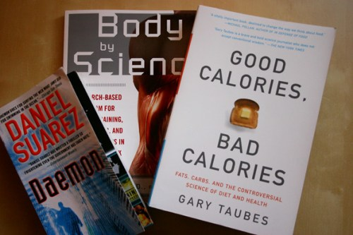 3 libros, body by science, good calories bad calories, daemon