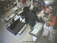 Il rapinatore mostra uno dei suoi manoscitti alla cassa durante una rapina2