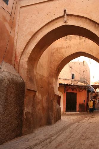 Photo de la rue Souk Fès Ahl juste en face de la Madrassa Ben Youssef