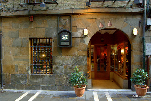 """""""Las Tres Zzz"""", fábrica y tienda de botas de vino en la calle Comedias."""