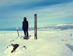 チセヌプリ山頂ニ立ツ