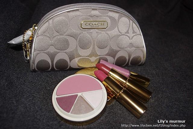 Coach化妝包跟雅詩蘭黛彩妝組合再來一張。我的是新光三越限定版。