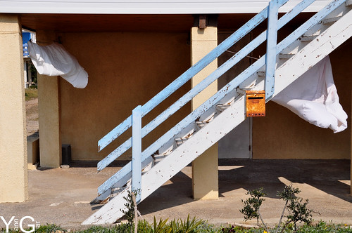 La boite aux lettres perdue à Gruissan Plage des chalets by YannGarPhoto.wordpress.com