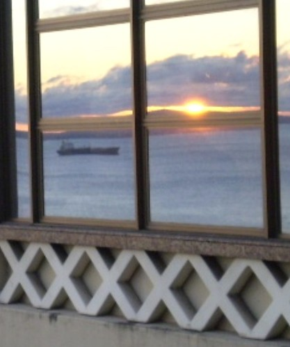 Por do sol na Baía, em reflexo nos janelões do Elevador Lacerda por você.