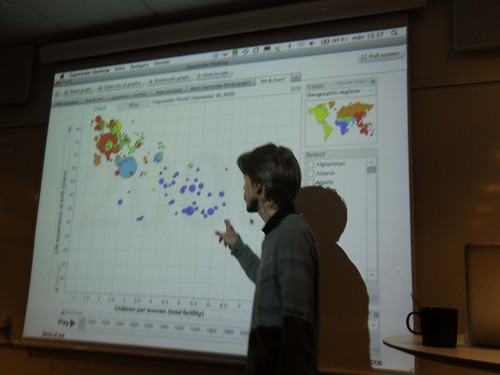 Staffan Landin med Gapminder i bakgrunden