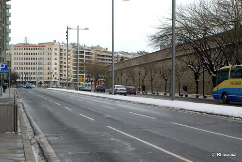La Avenida del Ejército; vista hacia la Avenida de Conde Oliveto. Al fondo, el edificio del Servicio Navarro de Salud.