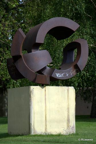 Escultura situada en la Vuelta del Castillo, junto a la Avenida del Ejército.
