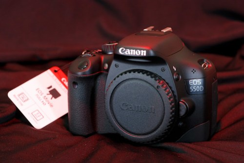 Canon 550D,一旁有吊牌表示可以錄 Full HD 影片