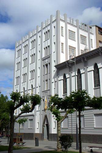 """Edificio llamado del """"Servicio Doméstico"""", situado en la Avenida de Roncesvalles, en el centro de Pamplona, obra de Victor Eúsa"""