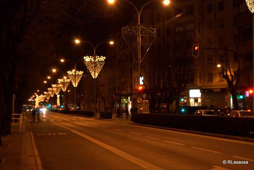 La Avenida de la Baja Navarra de noche con iluminación de Navidad