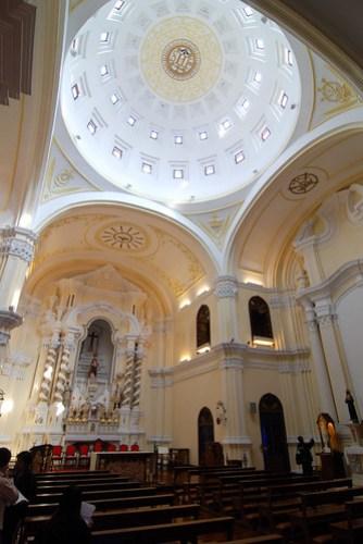 裡面居然沒看到教堂常見的彩色玻璃?話說參觀其他教堂時我都不敢拍照,沒想到這裡的管理員很熱心的告訴我可以拍,當然就拍啦!